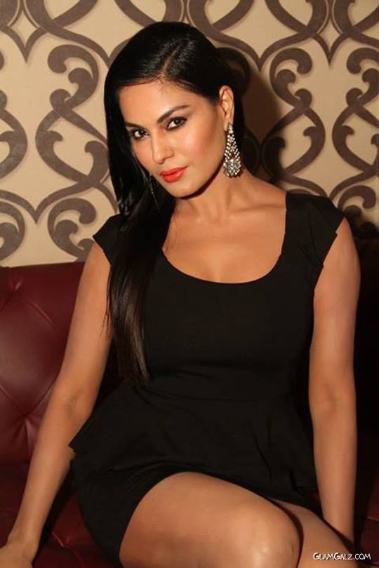 Veena Malik Looks Remarkable In Black